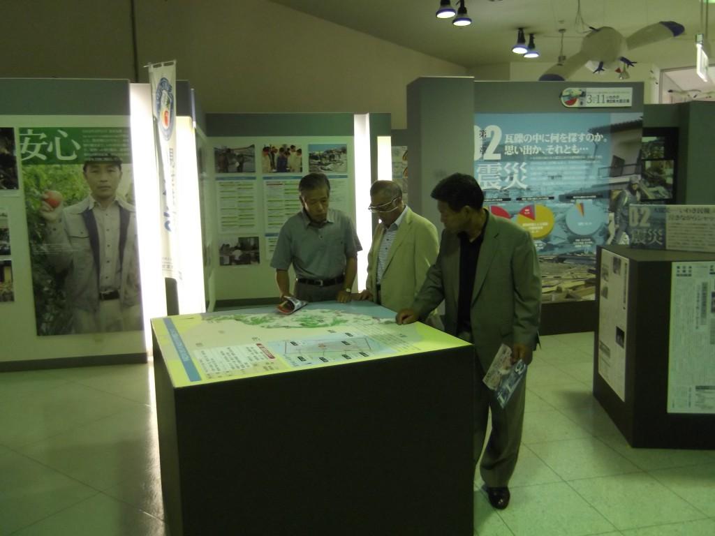 いわきの東日本大震災展を見学する参加者