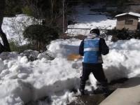 雪かきをするボランティア(2)