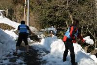 雪かきをするボランティア(1)